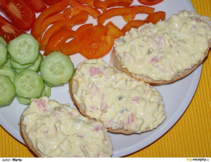 Na malé kostky krájíme šun.salám, cibuli a vejce uvařená na tvrdo. Dáme sýr, majolku a hořčici a zamícháme.