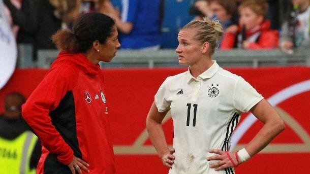 Steffi Jones (l.) und Alexandra Popp nach der 2:3-Niederlage der DFB-Frauen gegen Island. (Quelle: imago)