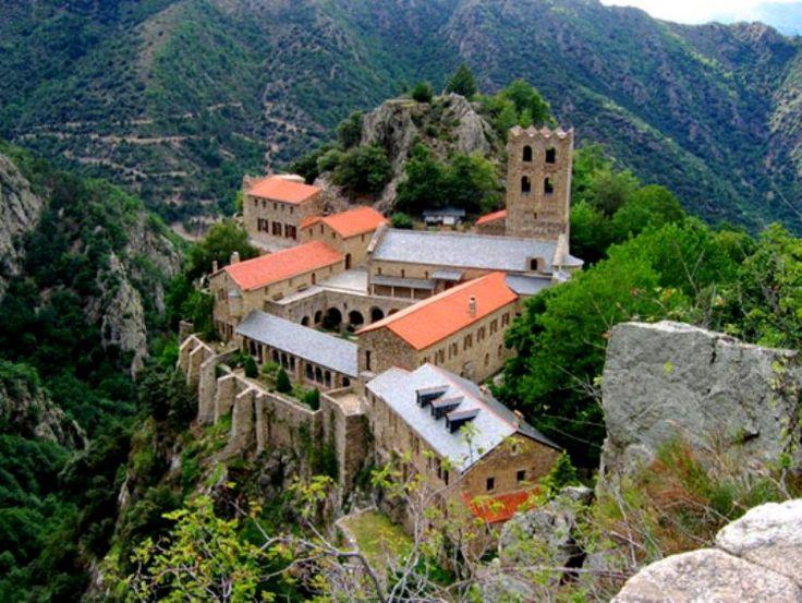 L'abbaye Saint-Martin du Canigou  est un monastère de moines bénédictins fondé au Xe siècle par Guifred II comte de Cerdagne. Sise sur les hauteurs du petit village de Casteil, dans le département des Pyrénées-Orientales (66) en région Languedoc-Roussillon (France) . La communauté des Béatitudes y assure depuis 1987 le service de l'office divin.