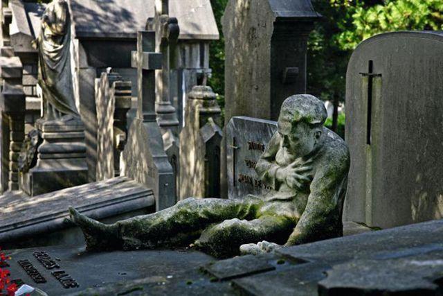 Campo Santo in Sint-Amandsberg staat bekend als het Vlaamse 'Père Lachaise'. Vanaf de oprichting in 1847 groeide de heuvel uit tot een kerkhof voor de Gentse upper-class. Volgens Conscience was het een plek 'waer de Vlaemsche helden rusten'. Een nobele doch ijdele gedachte, want amper tien procent van de beroemde graven draagt een Vlaams opschrif