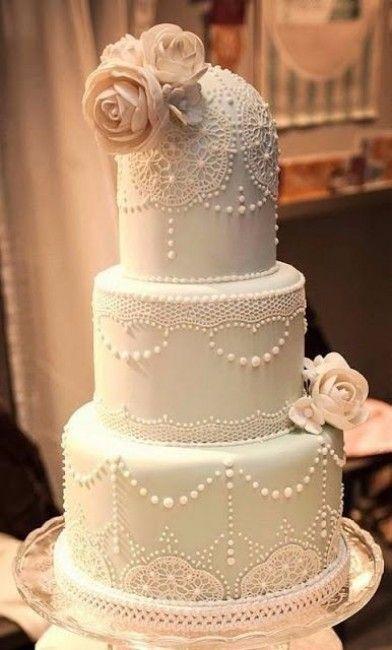 wedding cake / gâteau de mariage dans un style vintage, avec des roses en sucre et de la décoration en dentelle