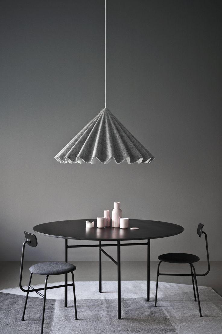 LAMPA WISZĄCA Lampa wisząca wygląda niczym plisowana spódnica baletnicy, która została uchwycona w ruchu. Lampa została stworzona z ekologicznego filcu pochodzącego w 100% z recyclingu.