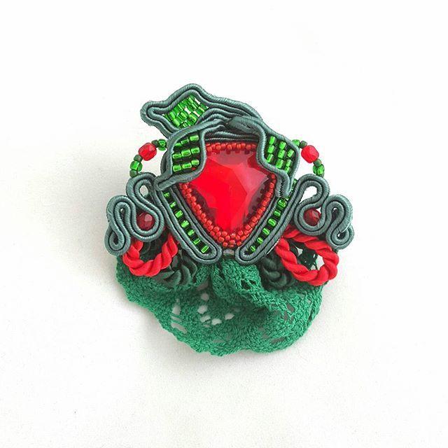 Na Szufladowe wyzwanie truskawkowa broszka. #Al_F #handmade #sutasz #soutache #i_love_rekodzielo #rekodzielowsieci #rekodzielo #beading #bizuteria
