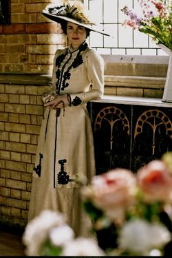 Elizabeth McGovern as Lady Cora in Downton Abbey. This is my favorite dress and hat of hers in the entire series.