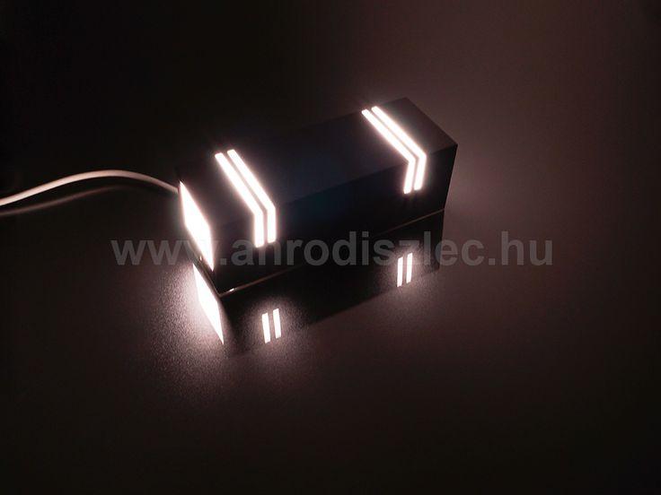 Bekötve is szépen világít, ráadásul a világító csíkoknak köszönhetően némi dekorfény/irányfény funkciót is kapunk pluszba - amellett, hogy a fel-le világító tulajdonsága kiváló a kültéri világításoknál.