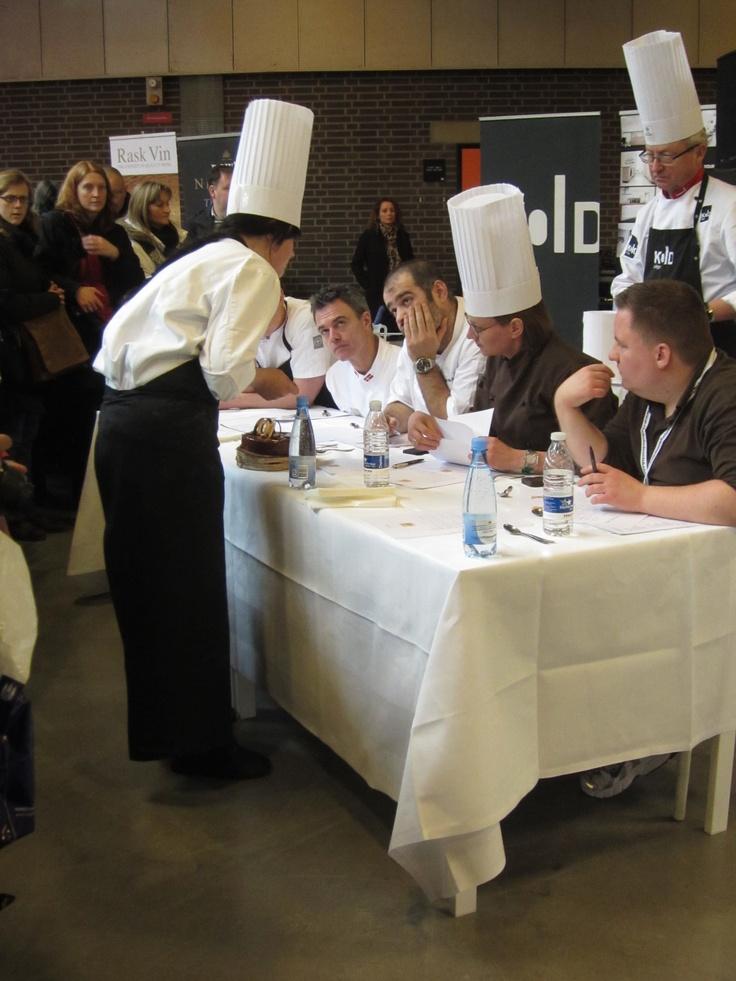 Dommerne vurderer Kristinas og Anders' kage.