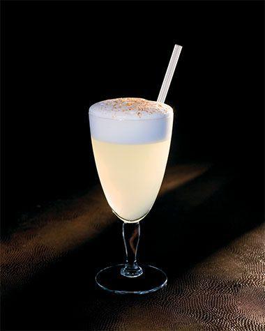 BereidenKoel het glas voor met gepileerd ijs.Doe de Pisco, het suikerwater, limoensap en eiwit in een mixglas. Deze cocktail wordt dry geshaket, zonder ijs dus. Doe de ingrediënten samen met de spiraal van de strainer in de shaker en schud lang en krachtig.Open de shaker, voeg ijsblokjes toe en schud normaals krachtig. Verwijder het ijs uit het voorgekoelde glas en giet de Pisco Sour via een strainer in het glas.Werk af:Rasp verse kaneel over de cocktail en serveer met een rietje.