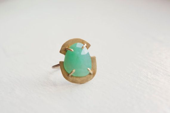 Chrysoprase Prong Set Crest Ring van MineralogyDesign op Etsy