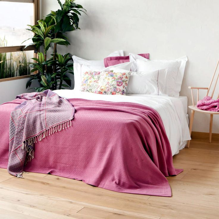 Bed with pink bedspread -  Simple and tasteful, the bed with white sheets and bedspread pink.