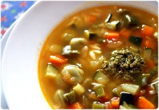 SOUPE AU PISTOU (Pour 6 P : 225 g de jeunes fèves, 2 c à s d'huile d'olive, 2 gousses d'ail, 1 oignon, 1 branche de céleri, 1 carotte, 175 g de patates, 1 l de bouillon de légumes, 2 tomates, sel & poivre du moulin, 1 beau brin de basilic frais, 200 g de courgettes, 200 g de haricots verts, 50 g de petites pâtes pour la soupe (orzo, petites coquillettes...) (PISTOU : 100 g de feuilles de basilic frais, 2 gousses d'ail, 1 et 1/2 c à s de pignons de pin, 5 cl d'huile d'olive, 50 g de parmesan)