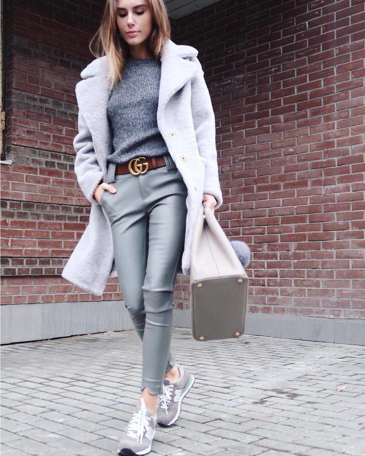 """Свой """" серый"""" выгуливает @ritagalkina. Уютное теплое пальто из овчины отлично сочетается с кожаными брюками в тон и водолазкой. Сумка Galleria от #prada и знаковый лого-ремень Double G от #gucci -удачно соседствуют с демократичными но не менее популярными кроссовками мегапопулярной 574 модели от #newbalance. Отличный осенний look по мнению @womanslook. #womanslook"""