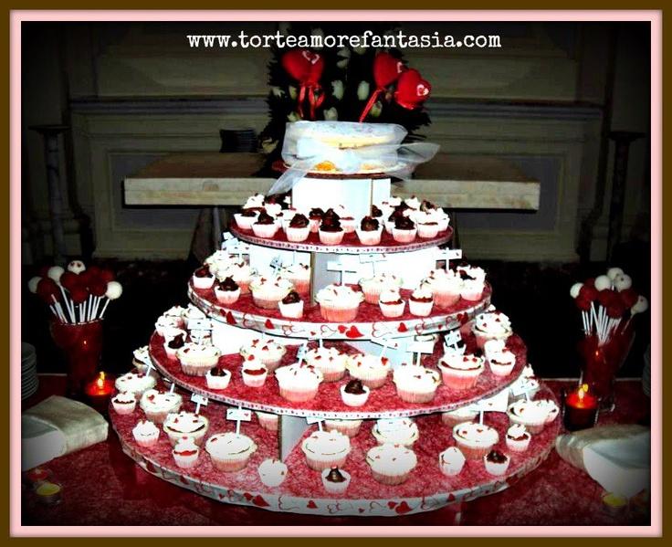 Wedding Cup cake    Wedding Cup Cake è una monoporzione di dolce che sostituisce la classica torta nuziale. I Cup Cake possono essere farciti con creme pasticcere, bagnati e decorati con un frosting. Pensieri speciali per i vostri invitati possono esser scritti su ogni dolcetto