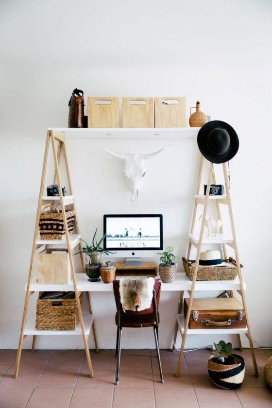 Nesse caso, o cavalete deu lugar à estante-escada, permitindo que as prateleiras e a mesa fossem encaixadas conforme a necessidade do dono.