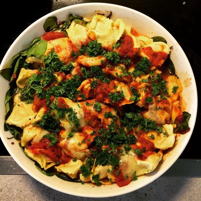 Huippuhelpon pastavuoan raaka-aineluettelo on niin lyhyt, että sen muistaa unissaankin: pastaa, tomaattikastiketta, juustoa ja persiljaa.