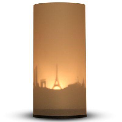 De skyline van Parijs als sfeerlichtje Wordt geleverd in mooi doosje en bevat een metalen plaatje van de stad, twee melkwitte kokertjes en een bodemplaatje Je hebt alleen een waxinelichtje nodig om te laten branden, zodat de schaduw van de contouren op het kokertje zichtbaar wordt  Ook in Amsterdam en New York
