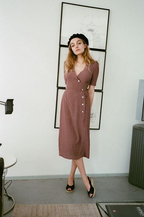 Robe midi très classique tenue classe femme tendance Mode femme élégante et tendance Blogueuse Consultante en image