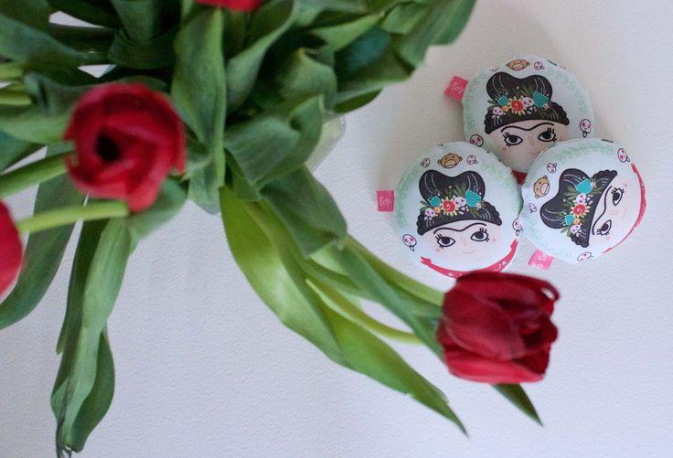 Cuscinetto Baby Frida by Petit Pois Rose Cuscino illustrato decorativo alla lavandaMateriali utilizzati: CotoneUn simpatico cuscino dedicato a Frida Kahlo e al suo mondo colorato pieno di lavanda per profumare i tuoi cassetti, la tua casa e anche la tua borsa (anche quella della palestra).Un idea unica e originale per te oppure per un regalo.Il cuscino Frida ¨¨ tondo e grande circa 7 cm di diametro(La misura dei cuscini pu¨° variare, in base alla stampa e alla confezione. Essendo fatti tutti…