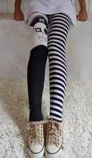 Legging calavera. Un legging bastante divertido. Este legging con estampado de rayas y calavera negro y blanco, es una buena apuesta si quieres tener un look casual y descomplicado. Perfecto para llevarlo los día en los que quieras verte relejada y con un estilo propio.