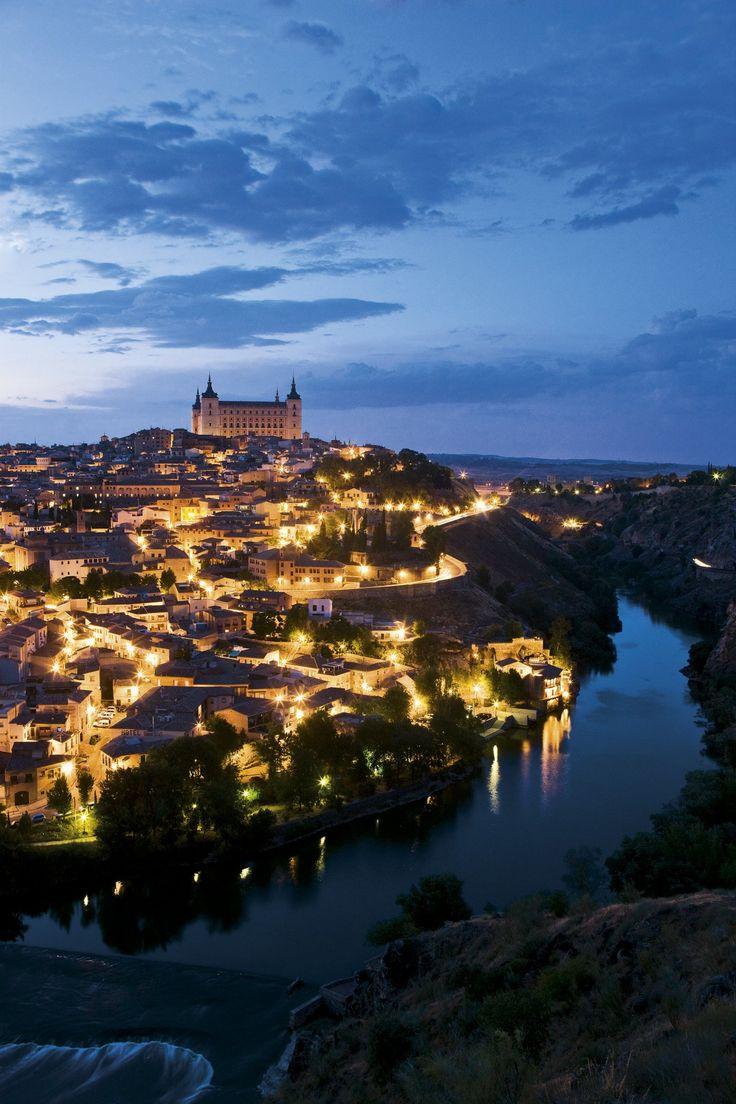 Toledo, la ciudad de las Tres Culturas ·El Alcázar  La sobria silueta de este edificio construido en 1535 preside el casco antiguo de Toledo. Hoy alberga el Museo del Ejército.