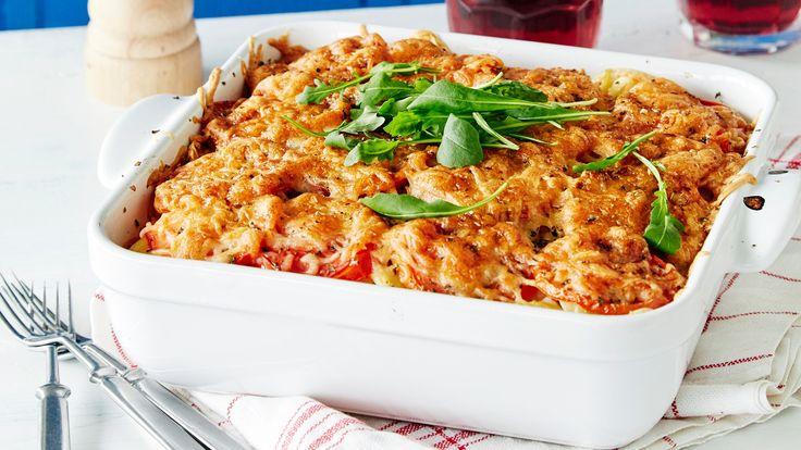 Tomaattinen jauhelihavuoka on helppo tehdä pakastevalkosipuliperunoista. Resepti vain noin 1,35 €/annos*.
