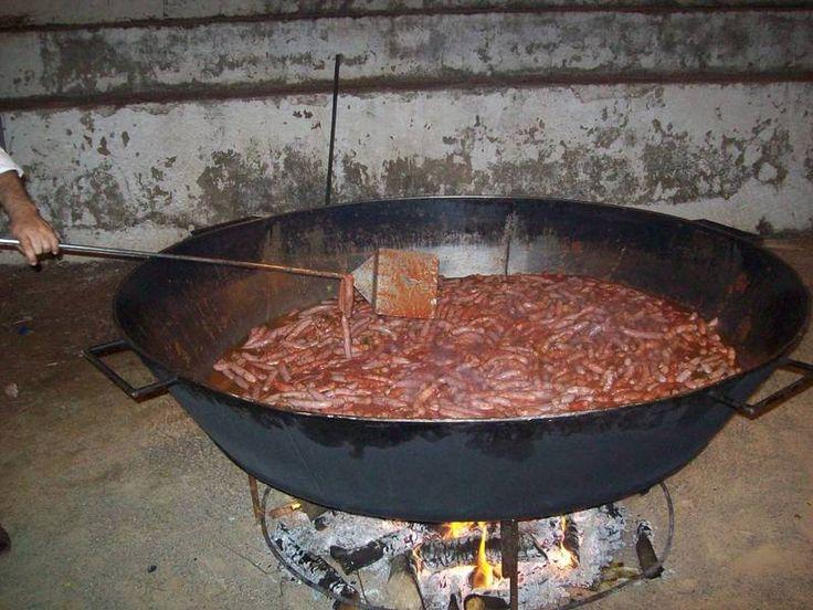 Elaboramos comidas populares hasta 25000 raciones a la vez. Paellas,fideuas,asado de animales enteros,/cordero,ternera,cerdo);tortillas,guisado de toro, guisado de ternera ,bocadillos gigantes, sardinadas...etc. Platos autoctonos :marmitako,empedrao, fabada,bacalao dorado ,espardenya,gazpacho manchego , migas , guisos de caza, carnes de novillo, gachas …etc. Platos internacionales: hadj arroz, parri