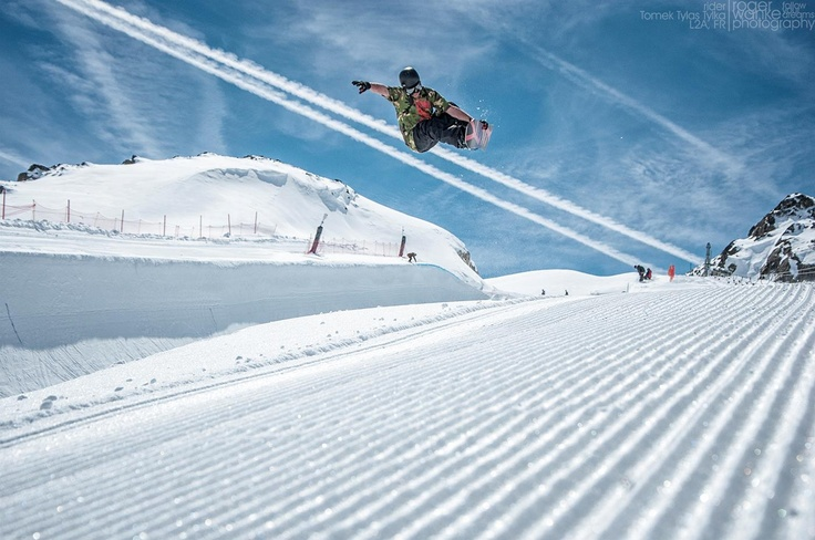 frontside air. Les Deux Alpes. April '13  foto Roger Wanke