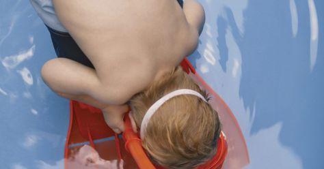 Como aprender a nadar para adultos iniciantes. Nadar é uma habilidade que muitas pessoas desvalorizam. No entanto, a atividade pode colocar medo e dúvida em muitos adultos confiantes, se esses não possuírem técnicas adequadas de natação. Uma vez que um adulto aprende a nadar, ele poderá participar de clubes locais de nado, aulas de exercícios de pouco impacto ou combater o calor do verão com ...