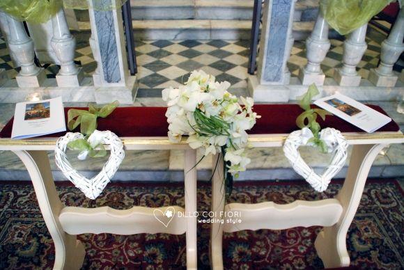 Lerici chiesa S.Rocco:seduta sposi allestita con cuori in vimini e bouquet sposi