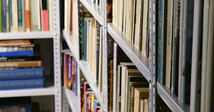 Cómo organizar tu biblioteca personal con el sistema decimal Dewey. Si tienes más de 100 libros probablemente has intentado organizarlos de alguna manera, tanto por el color, tema o tamaño. ¿Por qué no organizarlos como lo hacen las bibliotecas? Aprende a organizar tus libros con el sistema decimal Dewey, utilizado en las bibliotecas de todo el país.