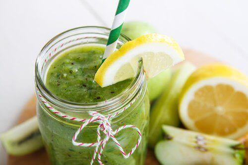 Vi erbjuder här ett recept på en smoothie som kan rena kroppen när du känner dig uppsvälld. Glöm inte att stödja processen med rikligt med vatten.