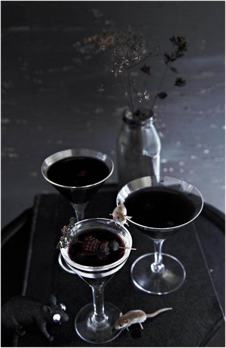 El Diablo Martini 1oz Vodka or gin 1 oz dry vermouth 1.5 oz creme de cassis A few fresh blackberries Shake in shaker and pour into ice-cold martini glass. Garnish with blackberries.