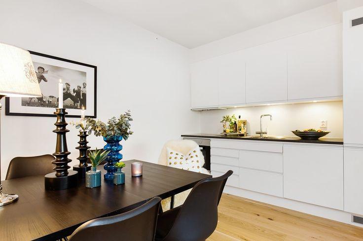 """Kjøkkenfronter av typen """"Stil"""" med glatte hvite fronter, uten håndtak med integrert grep   Drømmekjøkkenet"""