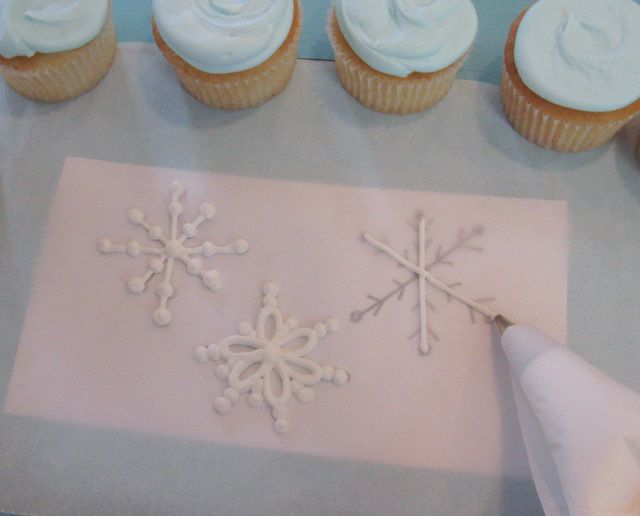 Tutorial on how to make snowflakes for cookies, cupcakes, cakes