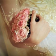 pink-roses-wedding-bouquet-in-prague