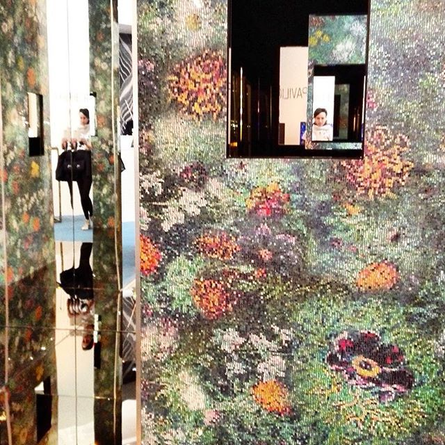 Стеклянный сад из зеркал и мозаики от dg mosaic на #Cersaie2015 #Bologna продолжает тему нашего куба) #вседляванной #плитка #керамика #сантехника #тренд #мебельдляванной #tile #handmade #luxe #мозаика #тренд #космическийкосмос #яркийдизайн #солнечноенастроение #designtrip