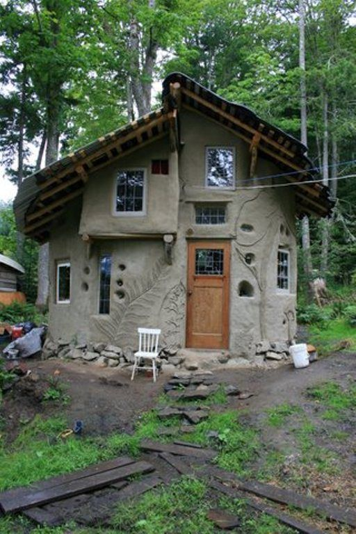 Round Cob House Built by the Mudgirls. / The Green Life <3