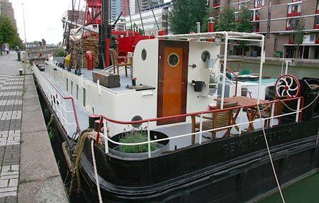 Lijkt het jou leuk om op een schip in Rotterdam te overnachten? Dan is dit vast wel iets voor je! De Visithor is van origine een werkschip dat voor de gemeente Rotterdam meewerkte aan de wederopbouw van de haven.