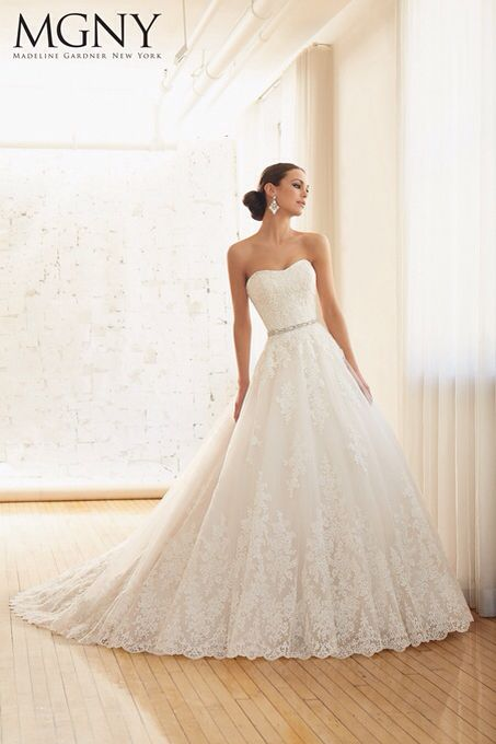 Dress Style AIEV CHANTILLY AND EMBROIDERED LACE ON TULLE BALL GOWN ...