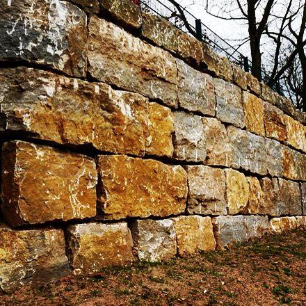Stützmauer aus Muschelkalk in Marburg an der Lahn