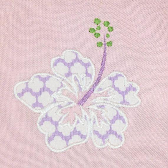 Obtener hibisco flor tropical ... encantadores diseños de bordado máquina apliques puntada de satén + diseños llenos. Seis tamaños y estilos diferentes.  Mayor diseño aplique de flor de hibisco puntada de satén Tamaño: 5.80 x 6:39 9729 puntos  Flor de hibisco Medio diseño apliques puntada de satén Tamaño: 4.83 x 5:32 7980 puntos  Pequeña flor de hibisco diseño apliques puntada de satén Tamaño: 4.35 x 4.80 7073 puntos  Más pequeño diseño apliques puntada de festón flor de hibisco Tamaño: 3.46…