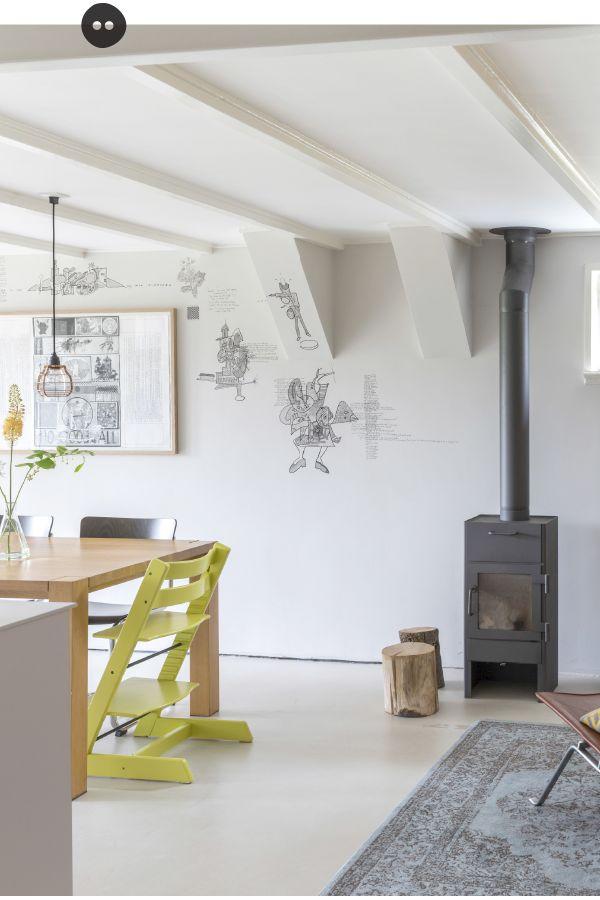 Binnenkijken in het Amsterdamse dijkhuis van Mirjam levert wooninspiratie op die je heel goed zelf kunt toepassen. Mirjam is designer en weet maar al te goed hoe ze mooie composities maakt en kleuren combineert. Geel is op dit moment haar favoriet. In combinatie met zwart, hout en natuurlijke materialen wordt het zowel gezellig als stoer …