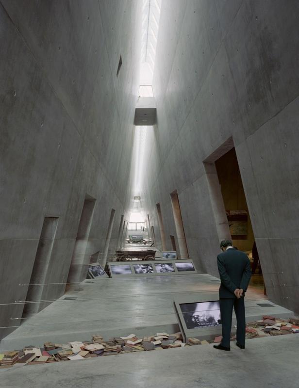 Museu do Holocausto Yad Vashen. O corredor central aperta-se sobre a cabeça dos visitantes a 16,5 m. No chão, estão objetos confiscados durante o período nazista e monitores mostrando imagens relacionadas ao Holocausto.