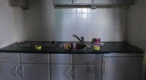 Malowanie mebli kuchennych i malowanie płytek w kuchni można wykonać samemu. Odpowiednie farby np. Syntilor świetnie pokryją każdą powierzchnie. Malowanie lodówki.