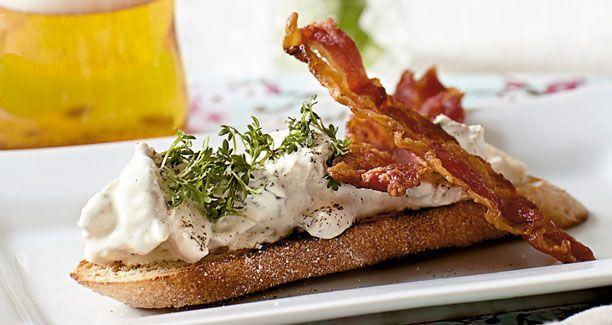 En klassisk hønsesalat med bacon og asparges klæder ethvert stykke rugbrød og…