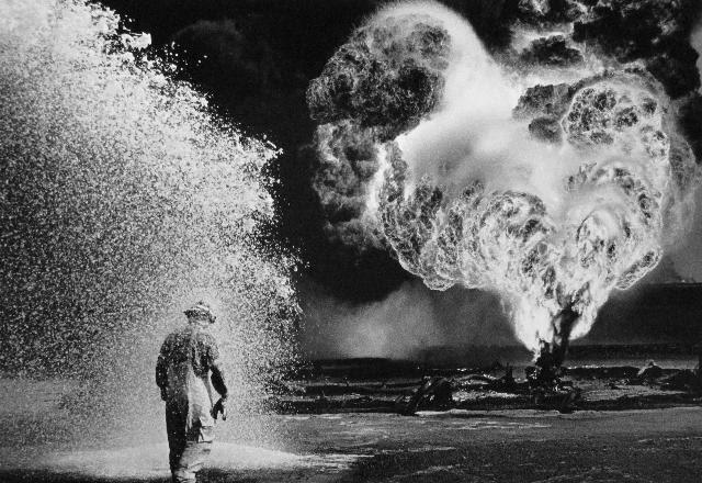 En Avril 1991,après la mise en feu des puits de pétrole auKoweit par l'armée irakienne, le photographe Sebastião Salgado a photographiéle désastre envir