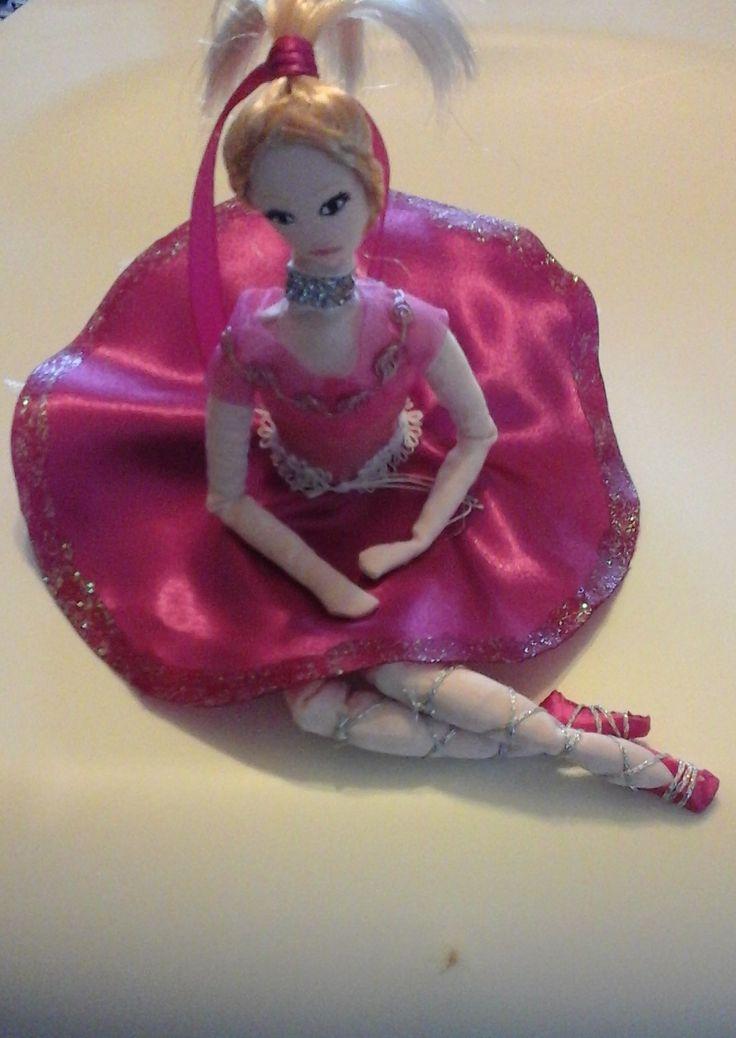 doll collection Thea Bambola di stoffa o di pezza(rag doll) cucita e dipinta a mano alta 15-16cm seduta vestita di nastri seta e raso, bomboniera con portaconfetti sotto la gonna realizzata pezzo unico