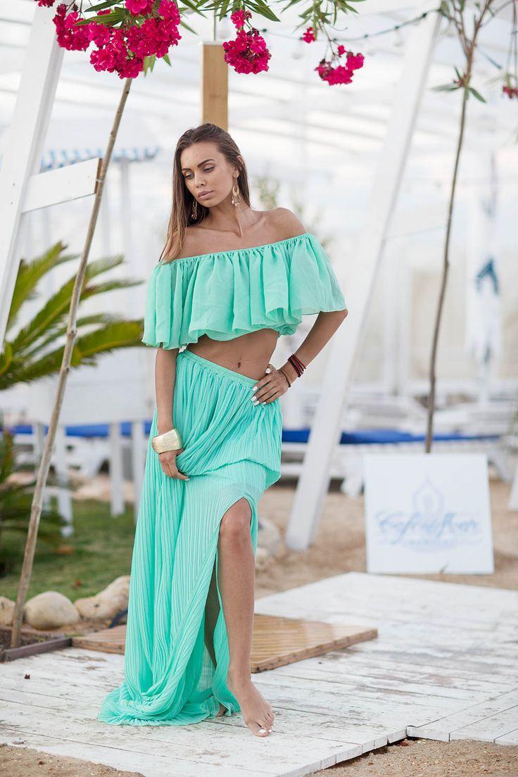 este un set format din top și fustă de plajă->>vei arăta minunat purtându-l este realizată din voal >>te vei simți comod atunci când o porți este scurtă în față și lungă în spate->>vei obține un look frumos de plajă.