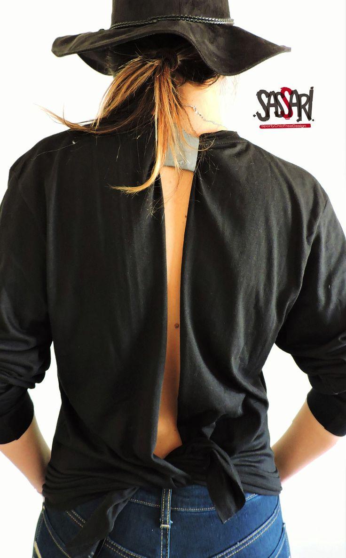 Polera negra manga larga  Estampado color plateado Espalda abierta con detalle reflectante en el cuello. Diseños Exclusivos HAND MADE Colección Limitada. Valor: $15.000