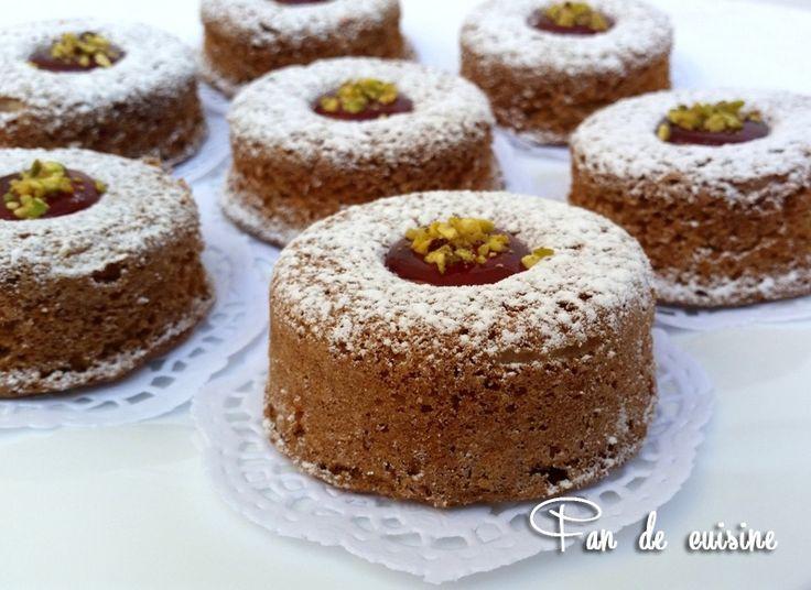 Asalam Alaykom, je partage avec vous cette recette de Mme Benbrim que j'ai vue à la tv. C'est des gâteaux très savoureux parfumé à la cannelle ….. personnellement j'ai adoré ! et si vous n'aimez pas la cannelle vous pouvez la remplacer par la vanille....