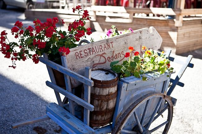 Love the floral cart from a great blog by Holly Harrick called Tartelette x: Floral Carts, Blue Style, Goats Carts, Flower Shops, Gardens, Farmers Marketing, Blue Carts, Chalky Blue, Cut Flower